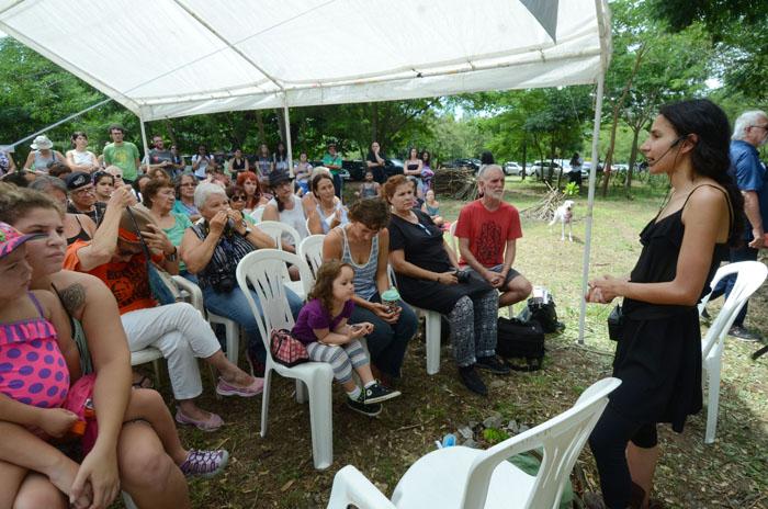 Berta Zúñiga Cáceres, durante su participación en un conversatorio en el campamento de Playas Pa'l Pueblo, en Isla Verde, el domingo pasado. (Ricardo Alcaraz Díaz)