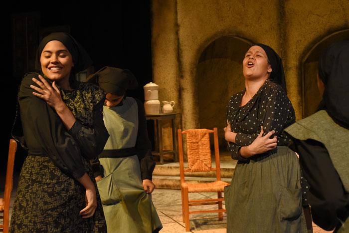 Aunque la puesta gira en torno al luto, también llegan a escena anhelos y pasiones sonreídas. A la izquierda, Katriana Vélez representa a Adela y Florivette Colón a Poncia, en La casa de Bernarda Alba.