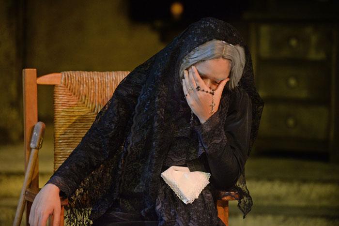 La joven Frances Arroyo representa a la emblemática Bernarda Alba. (Ricardo Alcaraz/ Diálogo)