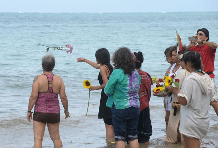 ofrenda-de-flores-al-mar-para-finalizar-la-actividad