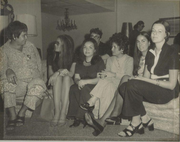 De izquierda a derecha: las periodistas Maggie Babb, Gloria Steinem, Norma Valle,(detrás de Norma está Mary Novak), Helga Serrano, Isabel Cintrón y Margarita Babb.