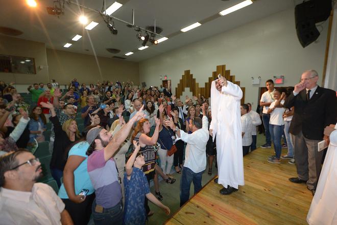 Tras su presentación, el Jeque Verde quiso capturar el momento junto al público con su celular. Carlos Díaz/Prensa RUM