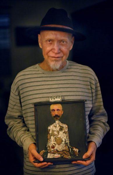 Elizam posa con una de sus pinturas para el lente de nuestro fotoperiodista Ricardo Alcaraz. (Diálogo- Ricardo Alcaraz)