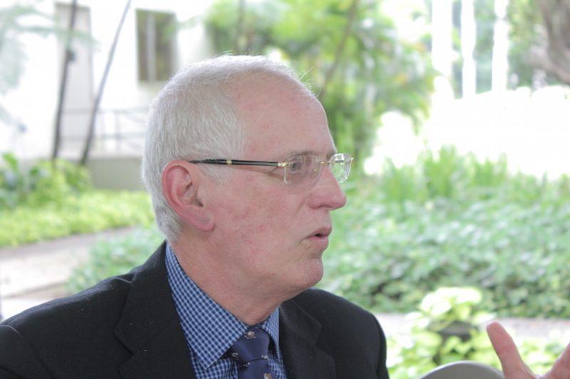 El rector del RUM, John Fernández Van Cleve, señala que las piezas del posterriqueño vienen de Taiwán, China, Europa, Estados Unidos, lo que ha retrasado el proceso. (Ronald Ávila / Diálogo)