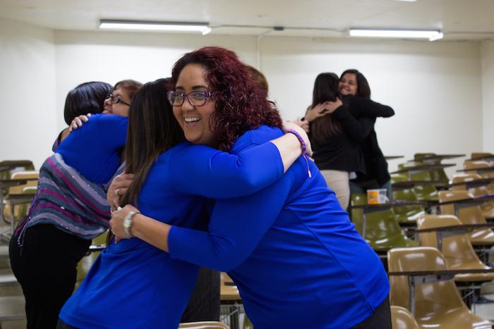Personal no docente participando en una dinámica de la conferencia sobre inteligencia emocional que se ofreció recientemente en la Universida de Puerto Rico en Arecibo. (Melvyn Centeno)