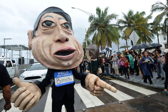 Un cabezudo, un bonista –creado por el colectivo teatral Papel Machete-, marchó hoy en contra de la junta de control fiscal. (Ricardo Alcaraz/Diálogo)