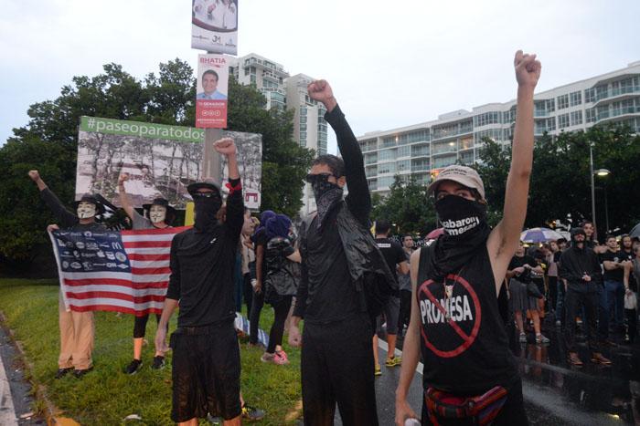 Cuerpos jóvenes levantaron sus puños en señal de lucha. (Ricardo Alcaraz/Diálogo)