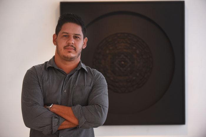 """""""Soy un observador de la noche"""", asegura Esterás, quien genera las narrativas de sus piezas a partir del firmamento. (Ricardo Alcaraz/Diálogo)"""
