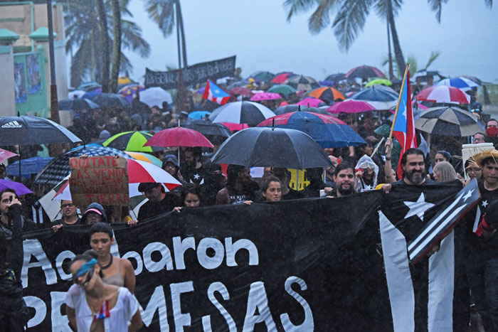 El torrente de lluvia no diluyó la marcha. (Ricardo Alcaraz/Diálogo)