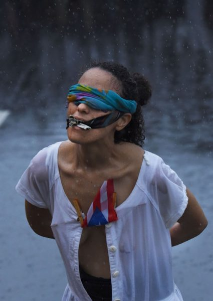 Una mujer vendada y amordazada marchó para representar la situación del país. (Ricardo Alcaraz/Diálogo)