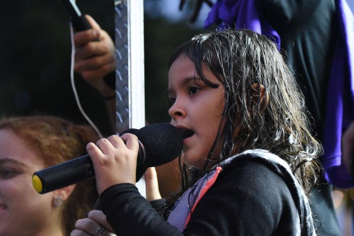 Uno de los momentos más emotivos de la manifestación sucedió cuando una niña entonó el himno de Puerto Rico ante los presentes. (Ricardo Alcaraz/Diálogo)