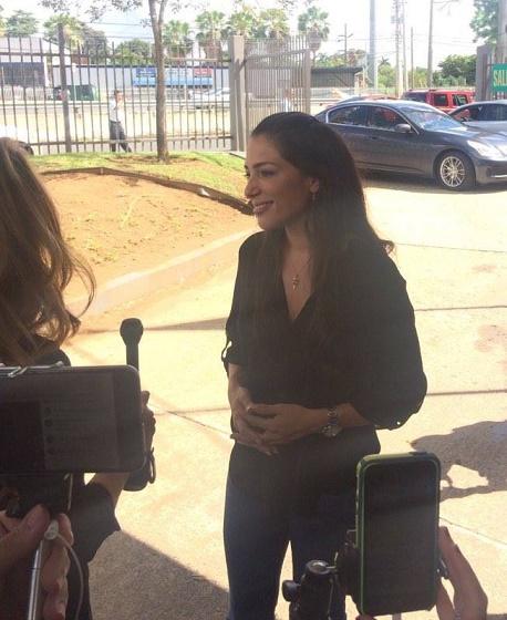 Alexandra Lúgaro a su llegada al colegio de votación. (José Karlo Pagán - Diálogo)