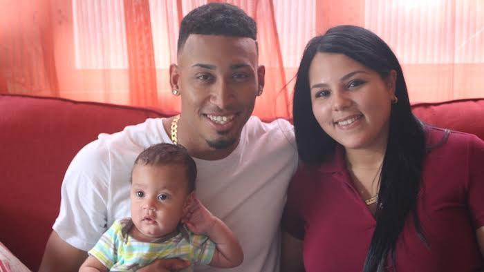 Edwin junto a Nashaly, su esposa, y Jahel Omar.