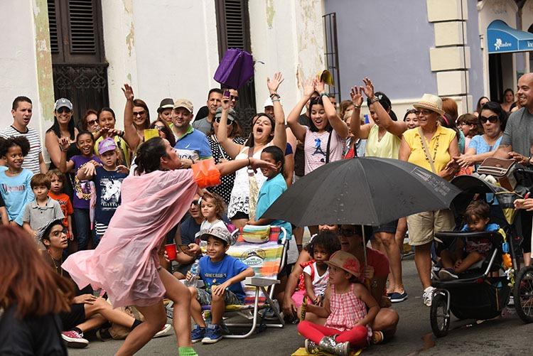 Colectivo Columpio participó en el Circo Fest 2016. A la izquierda, Sarah Michelle Arroyo. (Ricardo Alcaraz/Diálogo)