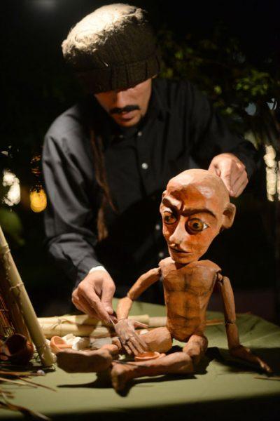 """Al títere creado por Carlos """"Gandul"""" Torres, los caracoles le enseñaron a construir su casa. Escucha la tierra, y vive en complicidad con las alas de los pájaros. (Ricardo Alcaraz/Diálogo)"""