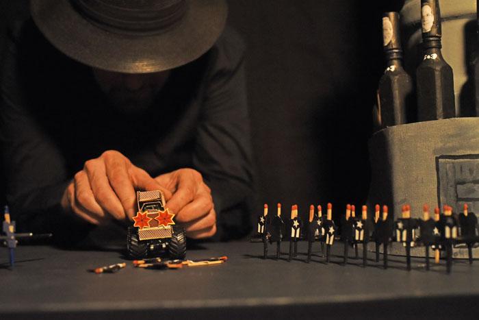 Un camión, atropellos, cenizas, Peñuelas, lucha, y al fondo, Jorge Díaz, creativo y gestor de la pieza. (Ricardo Alcaraz/Diálogo)