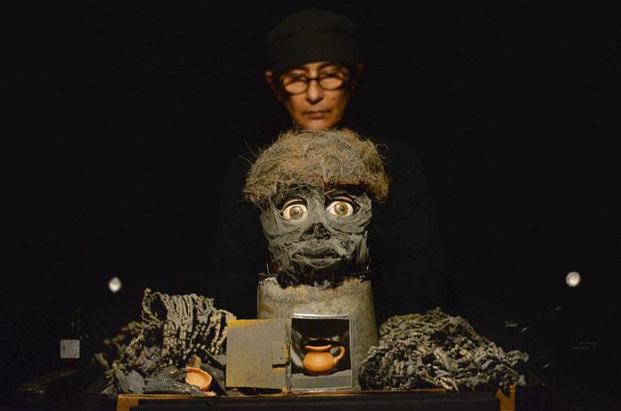 Mary Anne Hopgood, creadora de la pieza, narra con sombras e imágenes dimensiones del ambiente vivenciado por millones en Siria. (Ricardo Alcaraz/Diálogo)