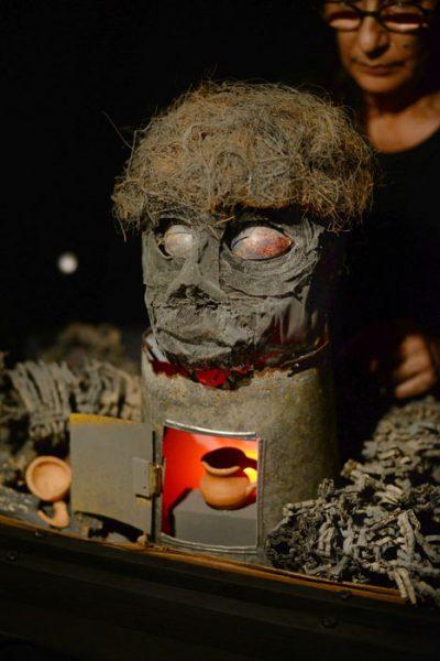 Entre ruinas, un cuerpo vestido de cenizas, un rostro de mirada borrada situado entre restos de ciudad. (Ricardo Alcaraz/Diálogo)