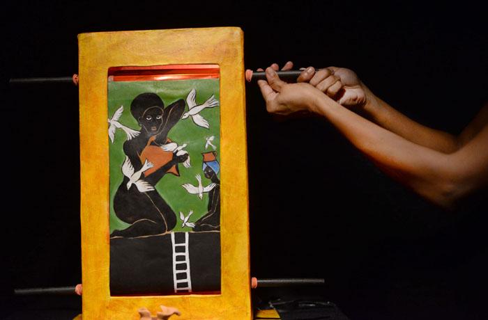 Sugeily Rodríguez evoca en el espacio un diálogo imagen-voz. A la mirada de los espectadores llegan pinturas, y a sus oídos, preguntas. (Ricardo Alcaraz/Diálogo)