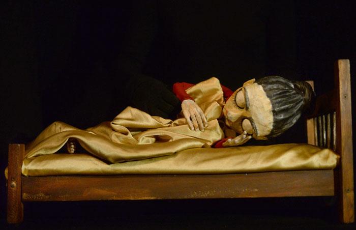 Un cuerpo que parece muñeca pero es títere intenta perderse entre sábanas, pero queda con la mirada abierta. Quizá una estrella le ilumine la noche. (Ricardo Alcaraz/Diálogo)
