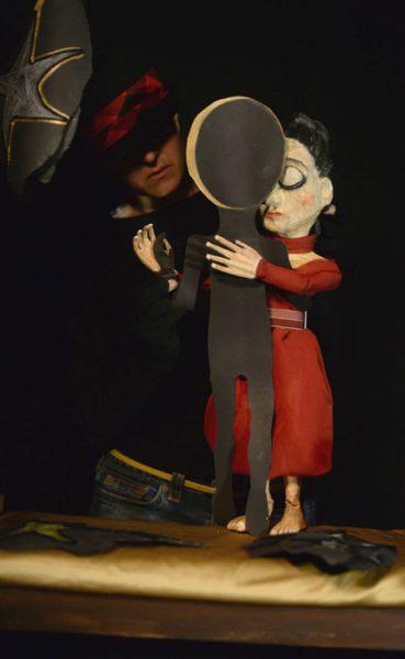 Quizá encontrar una silueta con quien danzar y lograr soñar siempre fueron la misma cosa. Al fondo, Helfeld manipula su creación. (Ricardo Alcaraz/Diálogo)