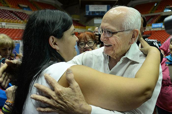 Clarisa López y el veterano lider independentista, Noel Colón Martínez en encuentro emotivo. (Ricardo Alcaraz/Diálogo)