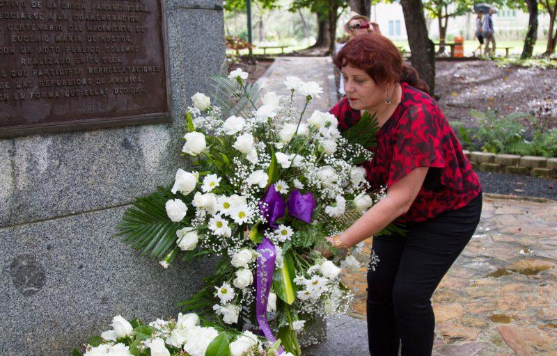 Edna Beatriz Rosado entregando ofrenda floral por parte de la Fundación Manrique Cabrera. (Suministrada)