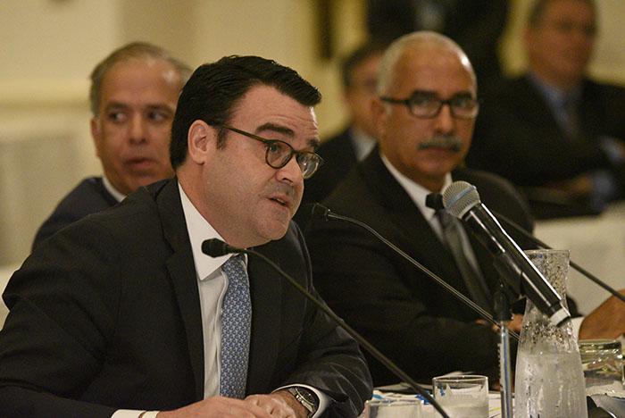 Gilberto Portela, de la AAFAF, depone durante la reunión de la Junta de Control Fiscal en Fajardo. (Ricardo Alcaraz - Diálogo)