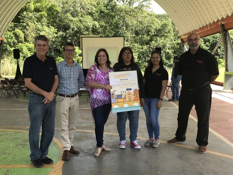 Equipo de la UPR, junto a la líder comunitario Migdalia Maldonado (en el centro).
