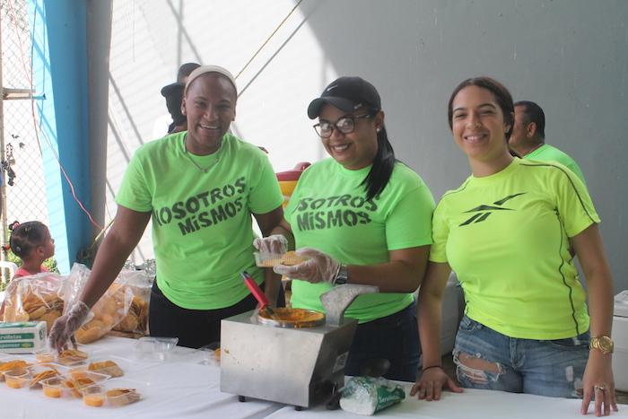 Voluntarias durante la fiesta de Reyes de la comunidad La Central en Canóvanas.