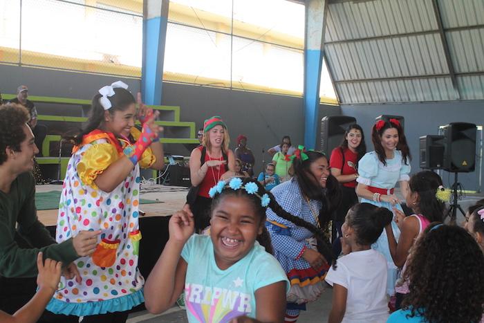 Colorina, Arcoiris y Chispita hicieron gozar a los niños cantando y bailando.