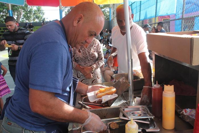Luis Cruz. dueño de un carrito de tripletas y quien donó hotdogs para toda la comunidad durante la fiesta de Reyes.