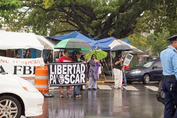 La manifestación se realizó en medio de una lluvia intensa. (Carla Margarita Pérez - Diálogo)