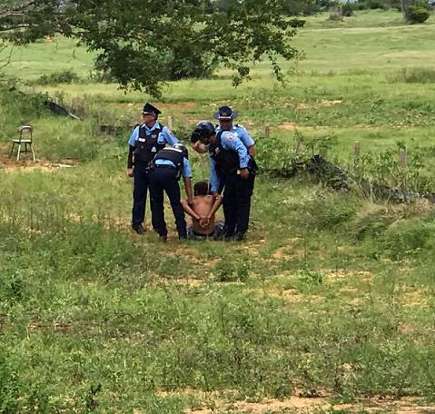 Imagen de un arresto en la zona de Playuelas que circula en las redes sociales. (Facebook)