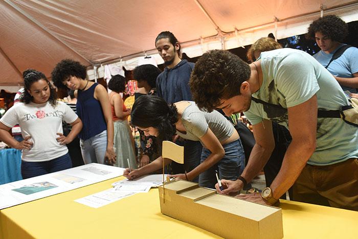 Miembros de la comunidad recogieron firmas para presentarlas al municipio de San Juan.