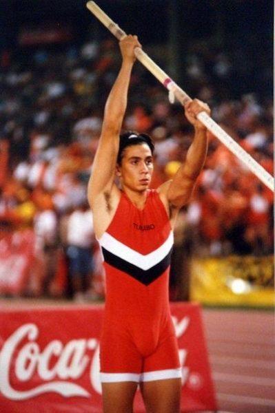El pertiguista Arturo Perea fue estudiante-atleta de ECEDAO y compitio por el Turabo en la LAI. (Archivo LAI)