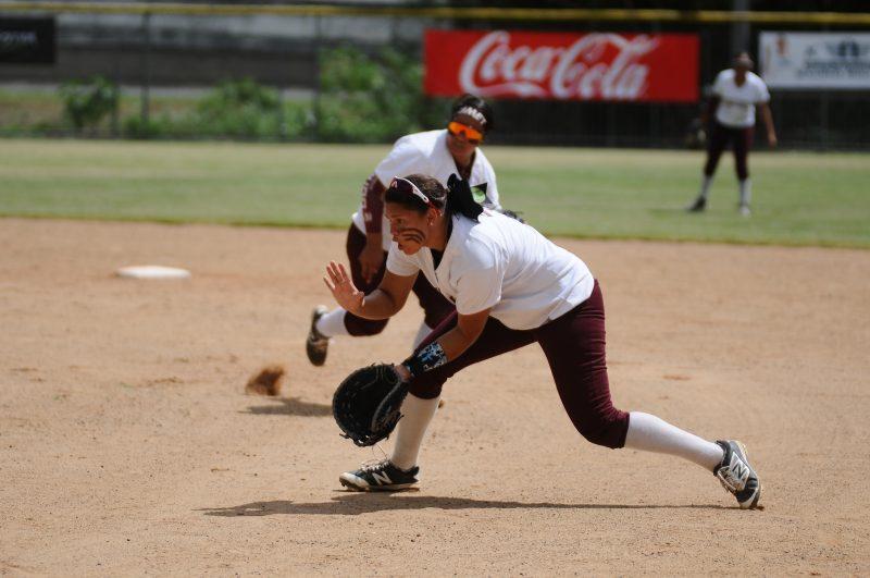 La primera base, Luz Feliciano es una de las jugadores de poder en Las Cocodrilas de la UMET.