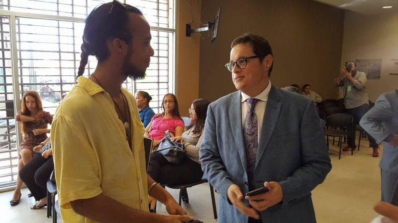 En la imagen, el licenciado Alvin Couto, a la derecha, y uno de los arrestados la semana pasada, Omar Iloy. No se encontró causa para cargo alguno en ninguno de los arrestados. (Hermes Ayala - Diálogo)
