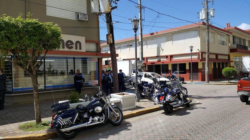 La presencia policíaca se hacía notar en las afueras del Tribunal de Primera Instancia de Aguadilla. (Hermes Ayala - Diálogo)