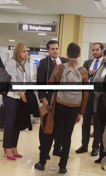 Imagen que apareció en Snapchat. Beatriz luce preocupada; Rosselló con sus audífonos de viajero. (suministrada)