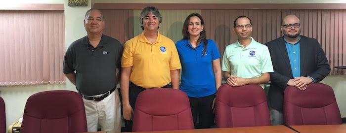 De izquierda a derecha: los ingenieros de la NASA, José Pérez, Alex Bengoa, Sacha Sims, Lester Morales y el profesor Ángel Acosta de la UPRA, quien coordinó la actividad. (Reuel Torres)