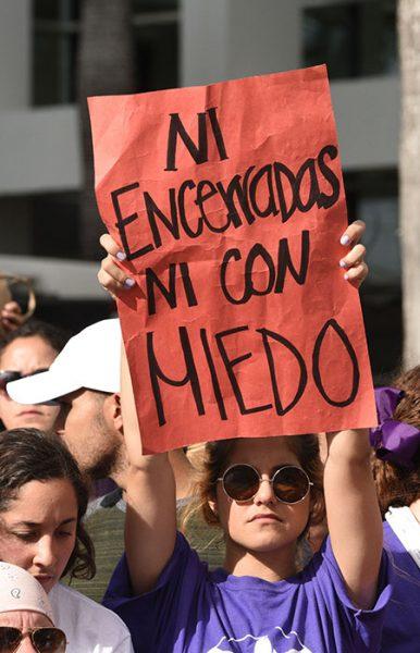 Hecharon mano de pancartas pintorescas que con la mayor creatividad retaban al estatus quo. (Ricardo Alcaraz/Diálogo)