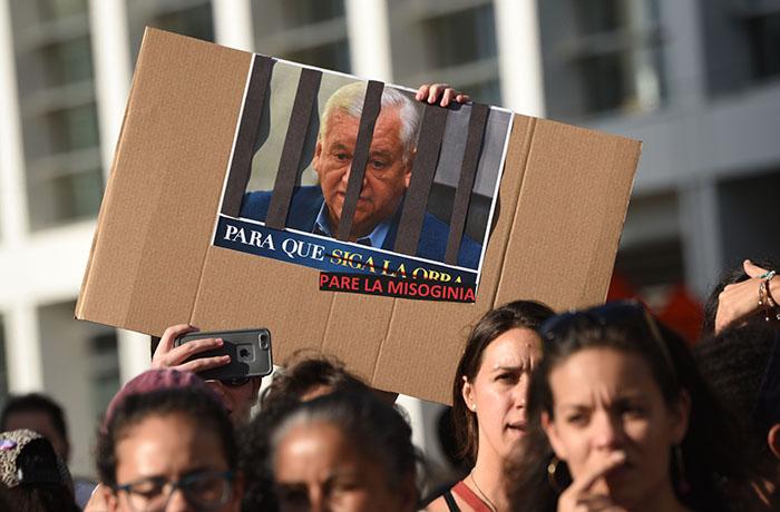 Durante la manifestación, también se exigió la renuncia de Héctor O'neill, alcalde de Guaynabo. (Ricardo Alcaraz/Diálogo)