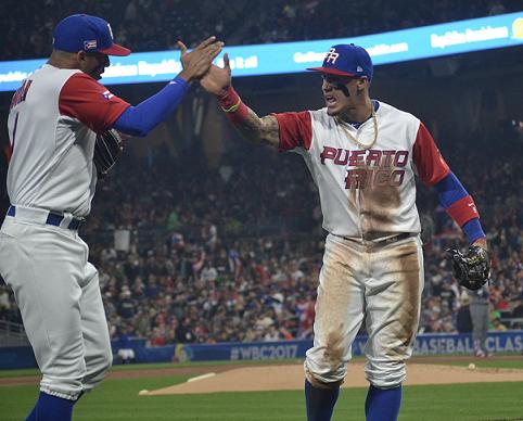 Javier Báez saluda efusivamente a Carlos Correa tras una jugada anoche. (FBPR)