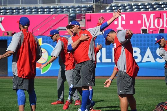 Orlando Román, junto a sus compañeros, en la práctica de Puerto Rico