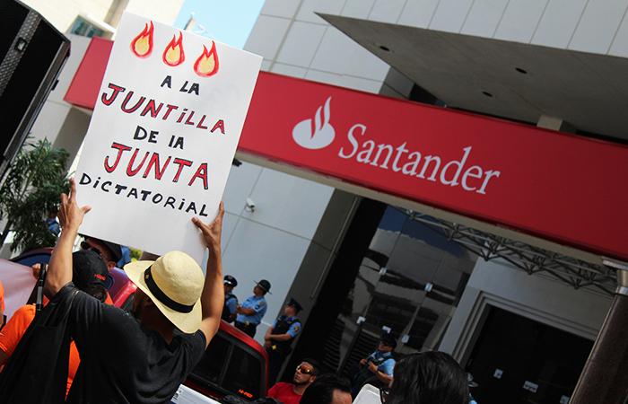 Manifestantes en repudio a la Junta de Control Fiscal (Luis De Jesús / Diálogo)