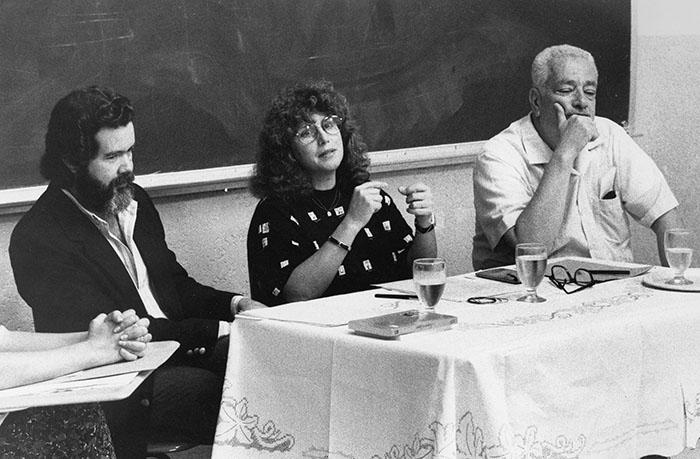 Foro sobre literatura, celebrado en la UIA. De izquierda a derecha: José Luis Vega, Magali García Ramis y José Luis González/julio 1989