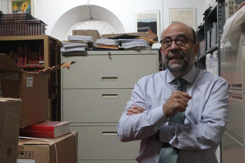 La Fundación Puertorriqueña de las Humanidades guarda, entre páginas y archivos, décadas de la memoria cultural de este país. A la derecha, César Rey Hernández, director de la entidad.(Alejandra Rosa/Diálogo)