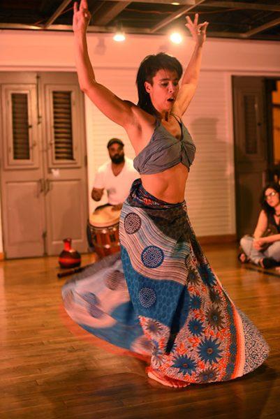Díaz le apuesta a la improvisación estructurada como mecanismo de creación. Por eso, cuando danza, se sorprende.(Ricardo Alcaraz/Diálogo)