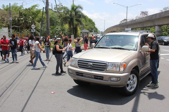 Manifestación de estudiantes y profesores de la UPR frente a Administración Central. (Carla García)